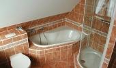 Klassisches Badezimmer im Dachgeschoss -