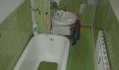 a) Kleines Bad vor der Renovierung