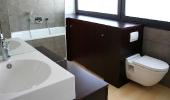 Bad mit dunklen Holzmöbeln -
